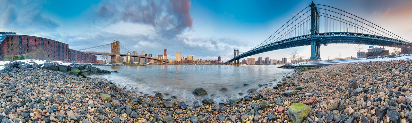 Manhattan horisont från Pebble Beach i Brooklyn, Förenta staterna royaltyfri bild