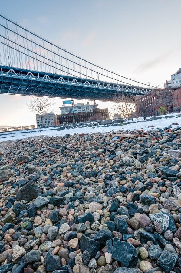 Manhattan horisont från Pebble Beach i Brooklyn, Förenta staterna arkivfoton