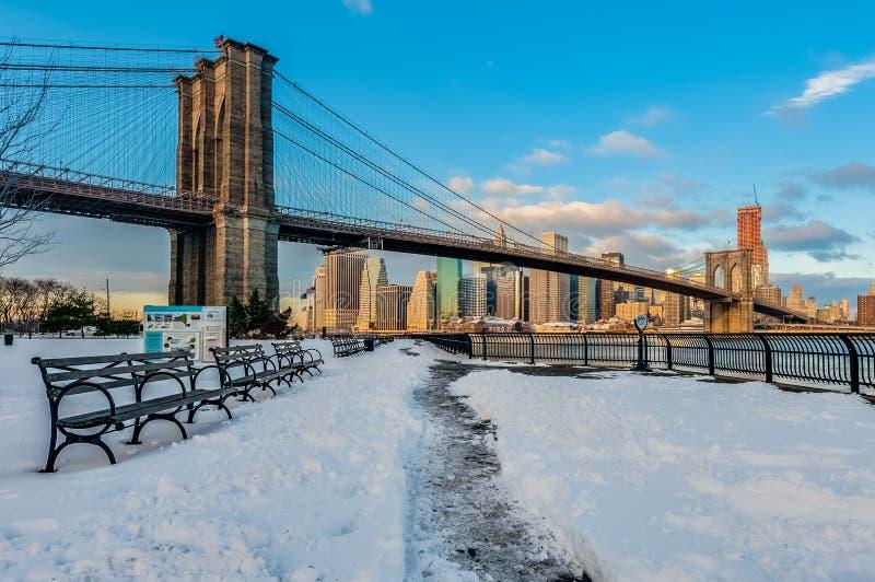 Manhattan horisont från Pebble Beach i Brooklyn, Förenta staterna arkivfoto