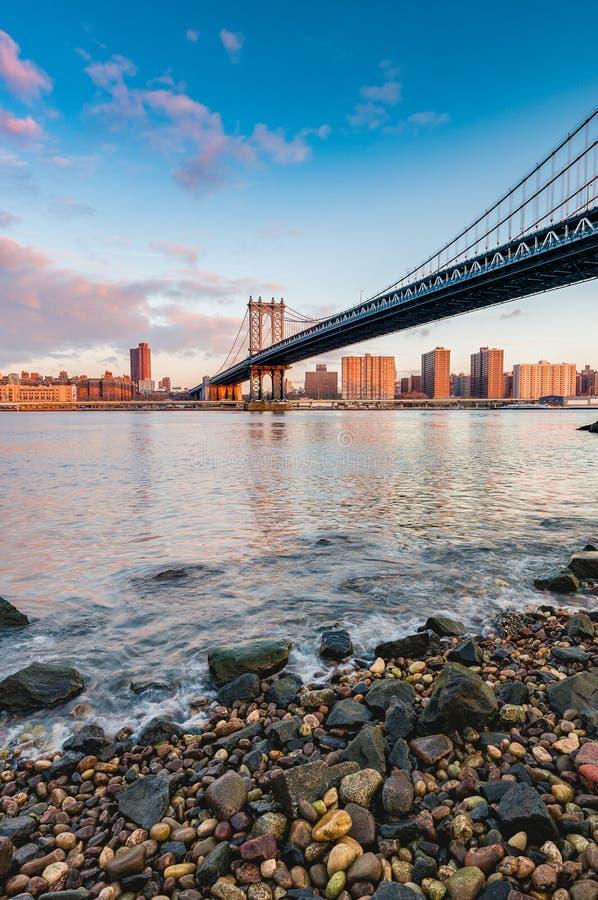 Manhattan horisont från Pebble Beach i Brooklyn, Förenta staterna arkivbilder
