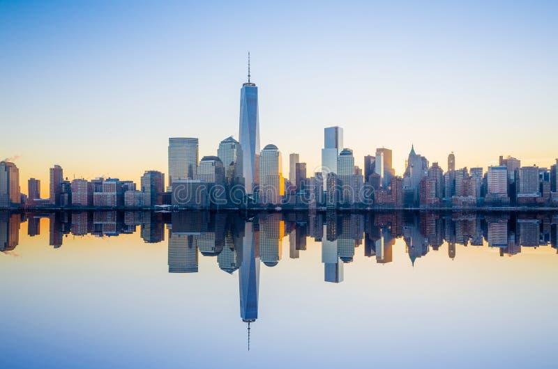 Manhattan horisont med den en World Trade Center som bygger på tw arkivfoto