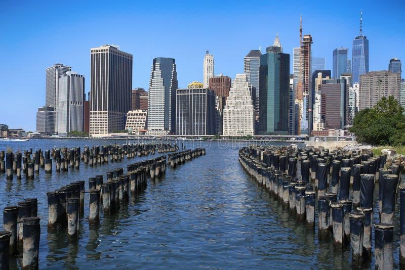 Manhattan horisont med träjournaler, New York City fotografering för bildbyråer
