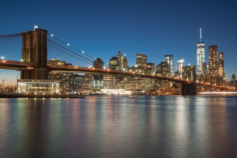 Manhattan horisont och Brooklyn bro arkivbild