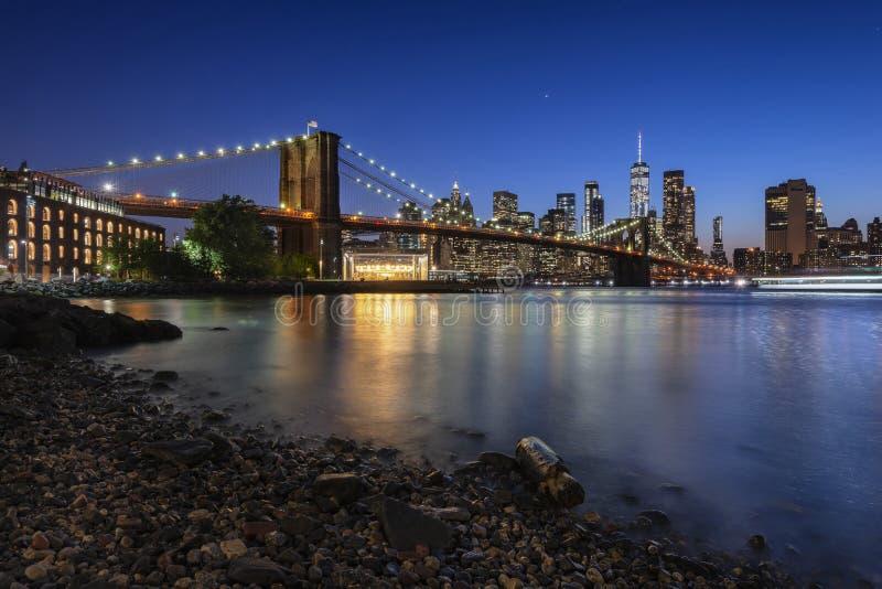 Manhattan horisont och Brooklyn bro från Pebble Beach arkivbilder