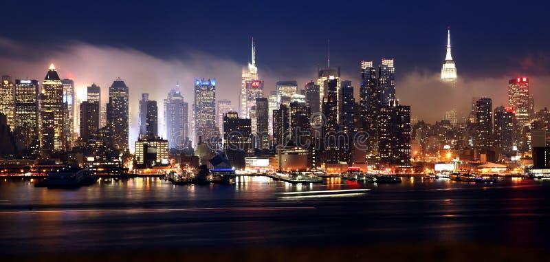 Manhattan horisont på en dimmig natt royaltyfri fotografi