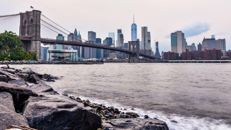 Manhattan horisont p? solnedg?ngen fr?n Dumbo, Brooklyn fotografering för bildbyråer