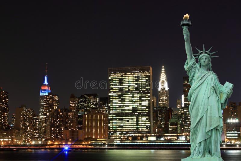 Download Manhattan Linia Horyzontu I Statua Wolności Przy Nocą Obraz Stock - Obraz złożonej z korona, america: 28953913