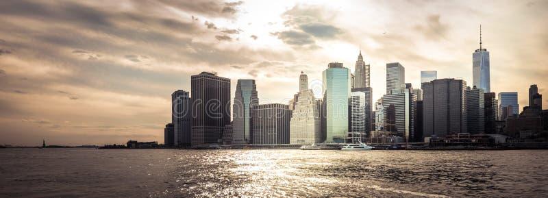 Manhattan linia horyzontu na zmierzchu zdjęcie stock