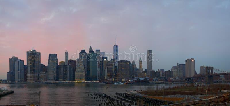 Manhattan linia horyzontu od Brooklyn wzrost?w deptaka zdjęcie stock
