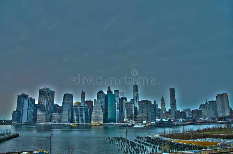 Manhattan linia horyzontu od Brooklyn wzrost?w deptaka fotografia royalty free