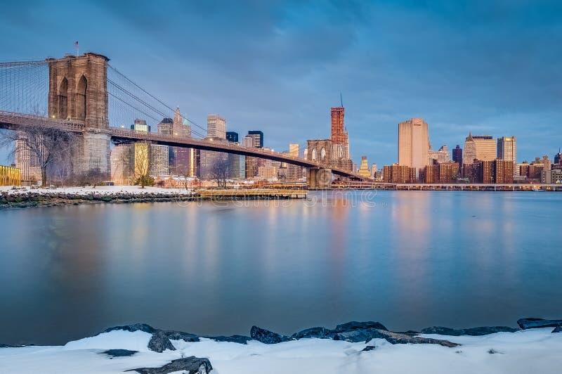 Manhattan linia horyzontu od otoczak plaży w Brooklyn, Stany Zjednoczone zdjęcia stock