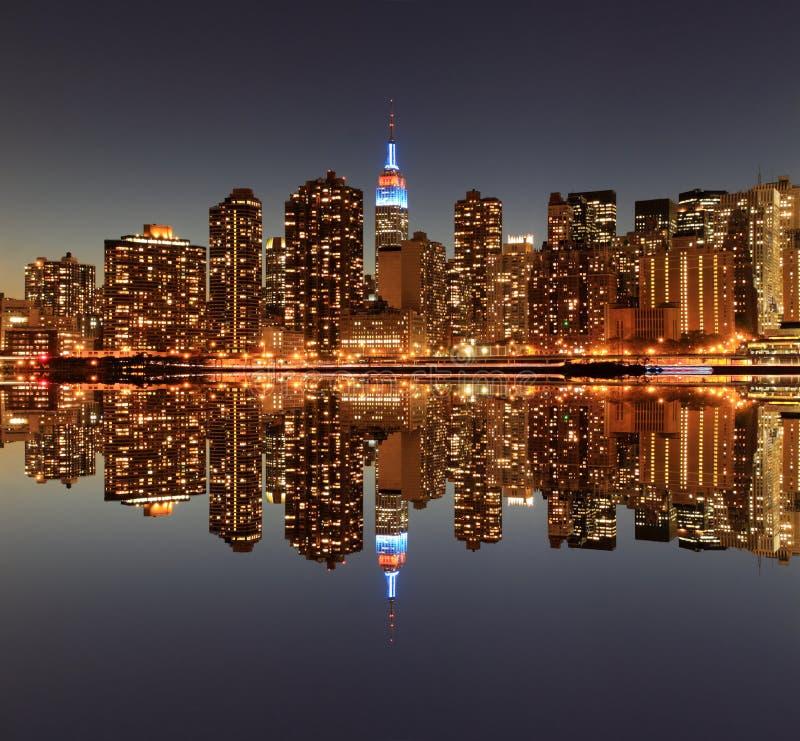 Download Manhattan Linia Horyzontu Przy Nocą, Miasto Nowy Jork Zdjęcie Stock - Obraz złożonej z budynek, metropolia: 28953824