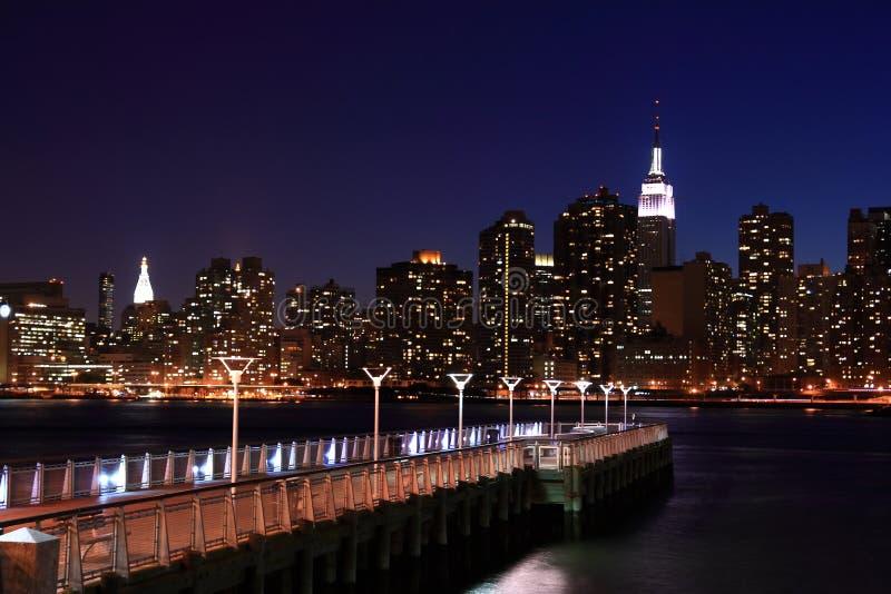 Manhattan mit Pier im Vordergrund lizenzfreies stockbild
