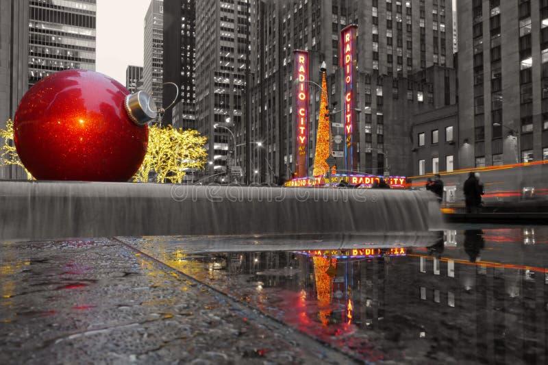 Manhattan monocromática con una chuchería gigante por de radio teatro de variedades, NYC la ciudad fotografía de archivo