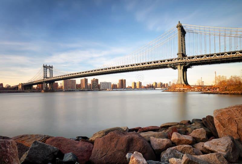 Manhattan most nad Wschodnią rzeką przy zmierzchem w Miasto Nowy Jork Manh zdjęcia stock