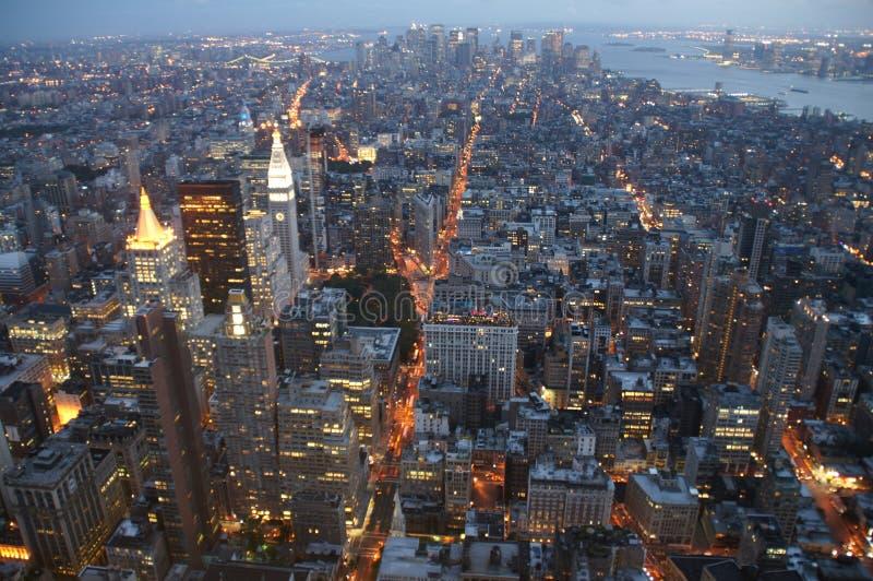 Manhattan na noite foto de stock
