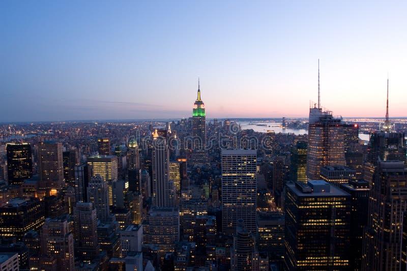 Manhattan nachts stockfotos