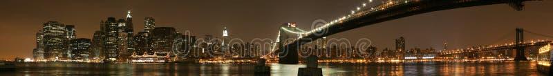 Manhattan nattpanorama arkivfoton
