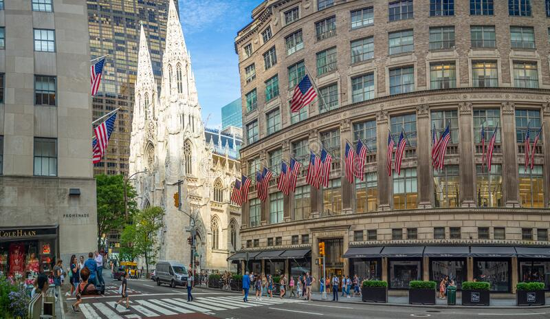 Manhattan, New York City, Förenta staterna, St Patrick's Cathedral, Rockefeller Center Plaza, 5th ave, American Flags royaltyfria foton