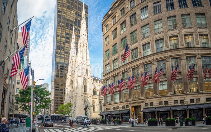 Manhattan, New York City, Förenta staterna, St Patrick's Cathedral, Rockefeller Center Plaza, 5th ave, American Flags arkivfoton