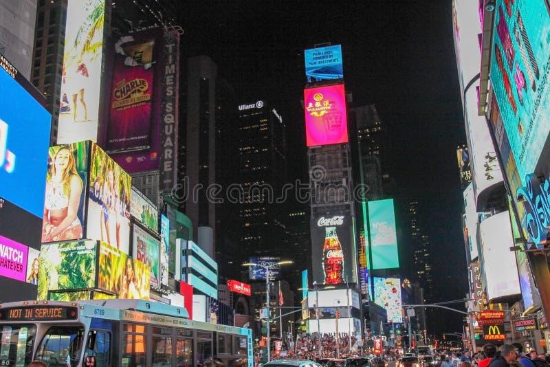 Manhattan, New York, EUA 15 de junho de 2018: Os povos visitam no Times Square da rua na noite Este lugar é mundo o mais visitado fotos de stock
