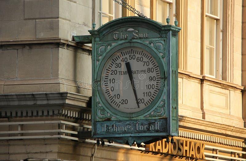 Manhattan, New York, New York - 10 giugno 2009 Termometro rotto su Broadway e via delle camere nel calore di estate fotografia stock libera da diritti