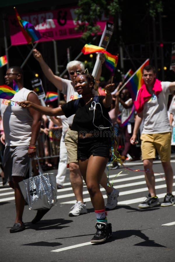 Manhattan New York, Juni, 2017: Orange Skjortagrupp Och