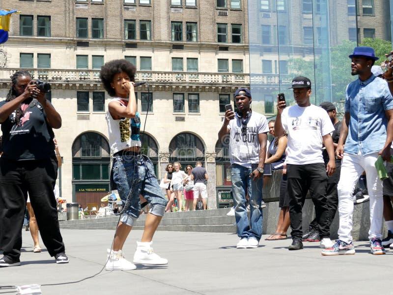Manhattan New York - 26. Juni 2016: Straßenmusiker, die in New York klopfen lizenzfreie stockbilder