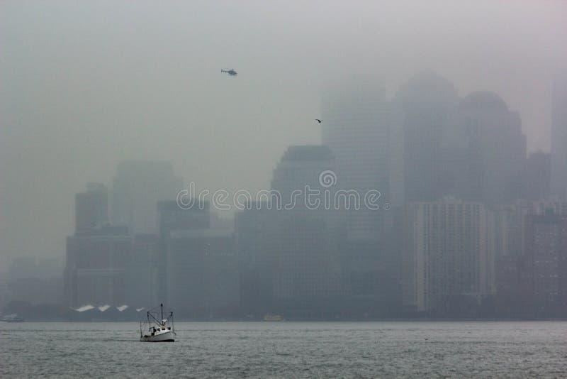 Manhattan, New York in nebbia immagine stock