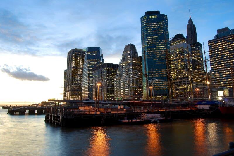 Manhattan no crepúsculo. imagens de stock
