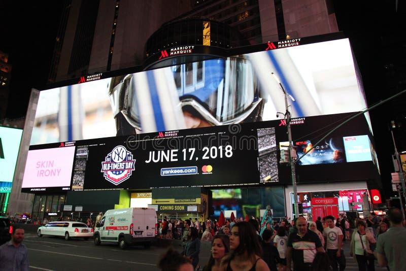 Manhattan, Nowy Jork, usa CZERWIEC 15, 2018: Ludzie wizyty na uliczny times square przy noc? Ten miejsce jest światowy zdjęcie stock
