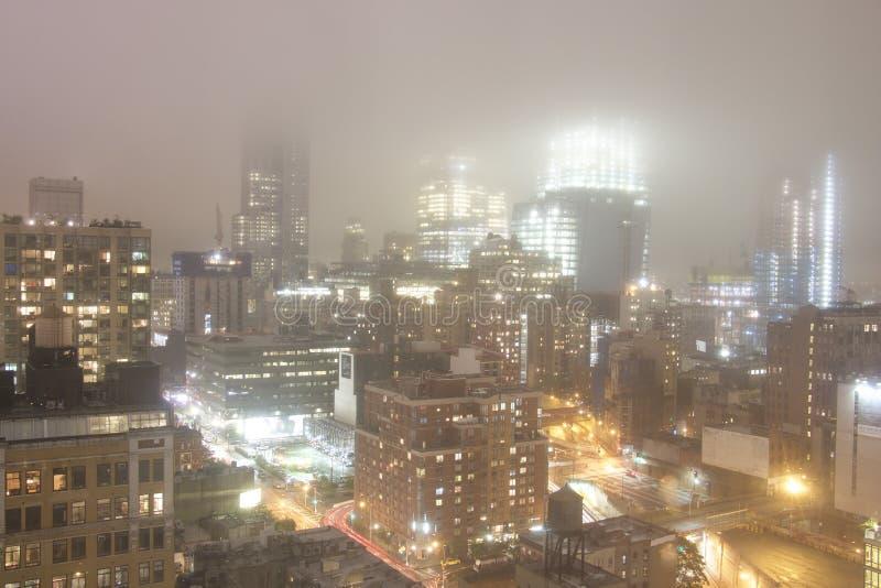 Manhattan - Nueva York - noche en tiempo de niebla foto de archivo libre de regalías