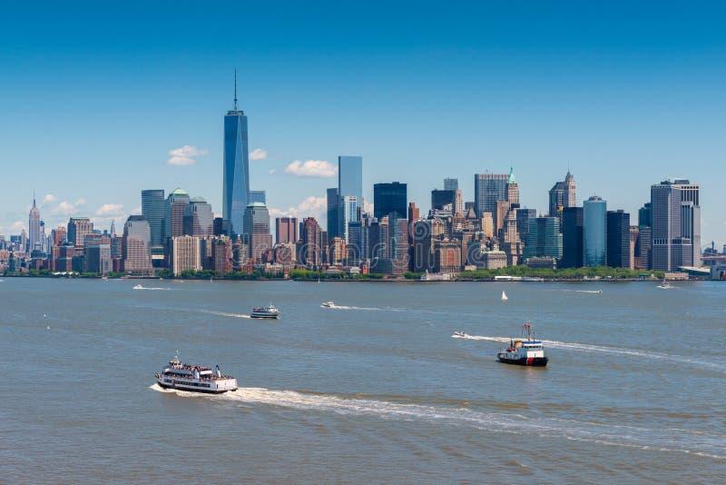 Manhattan NYC van Liberty Island wordt gezien dat stock fotografie