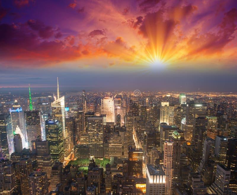 Manhattan, NYC. Vue spectaculaire de coucher du soleil de Bryant Park et de Midto image libre de droits
