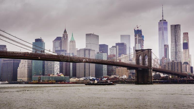 Manhattan och Brooklyn bro, New York City Snabba moln svävar över skyskraporna, molnigt väder, tung trafik på royaltyfri foto