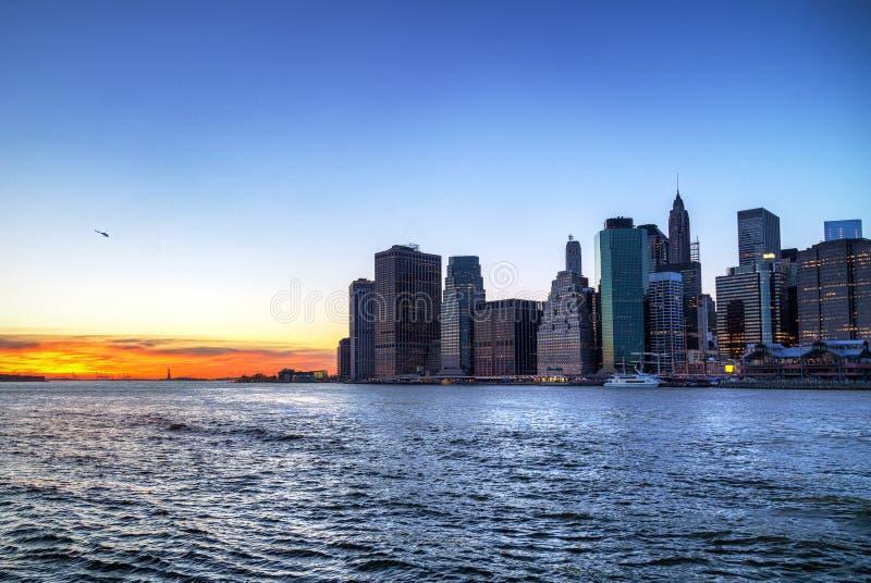 Manhattan och East River på solnedgången arkivbild