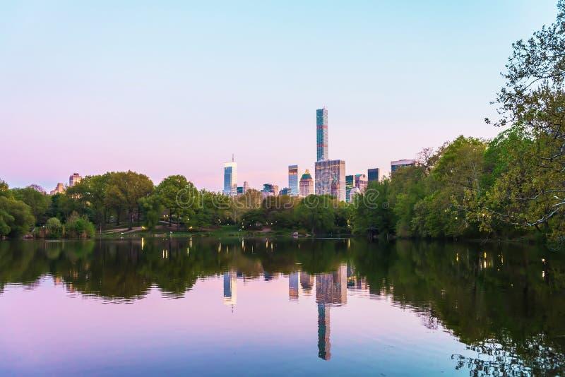 Manhattan odzwierciedlał od wody w central park NYC obrazy royalty free
