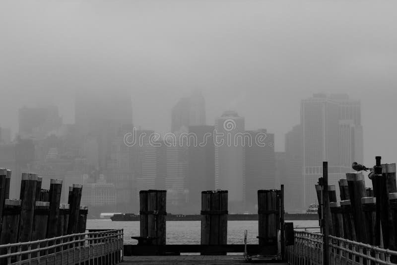 Manhattan, orizzonte di New York in nebbia immagini stock libere da diritti