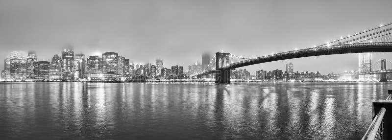 Manhattan på en dimmig natt, New York, USA royaltyfri bild