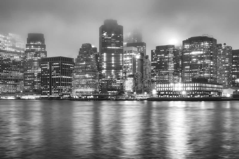 Manhattan på en dimmig natt, New York, USA arkivbilder
