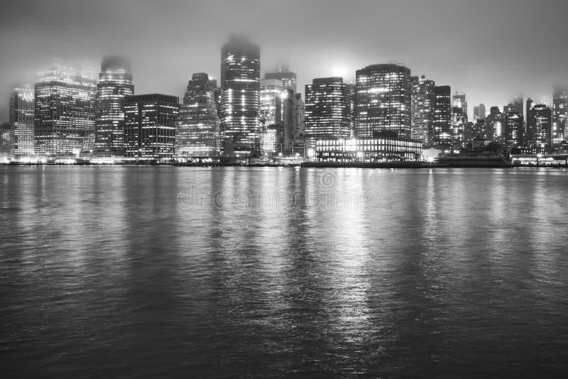 Manhattan på en dimmig natt, New York, USA royaltyfria foton