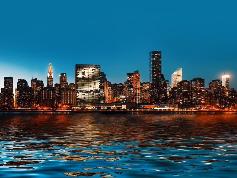 manhattan Panorama da skyline de New York City da noite atrasada foto de stock royalty free