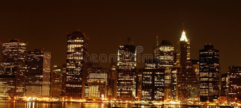 Manhattan por noche imagenes de archivo