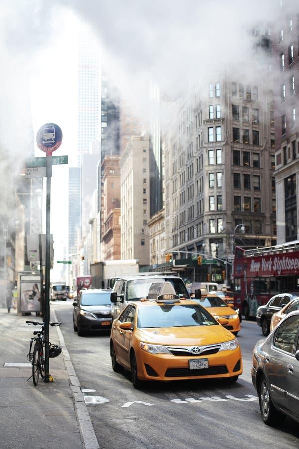 Manhattan sceny uliczny taxi z opary kontrparą obraz royalty free