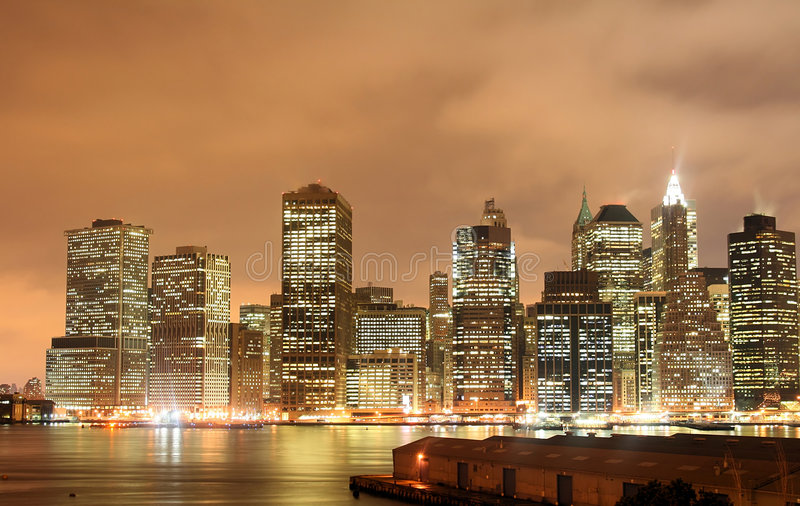 Manhattan-Skyline bei Nightt stockbilder
