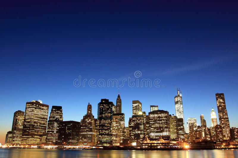 Manhattan-Skyline an den Nachtlichtern, New York City stockfotografie