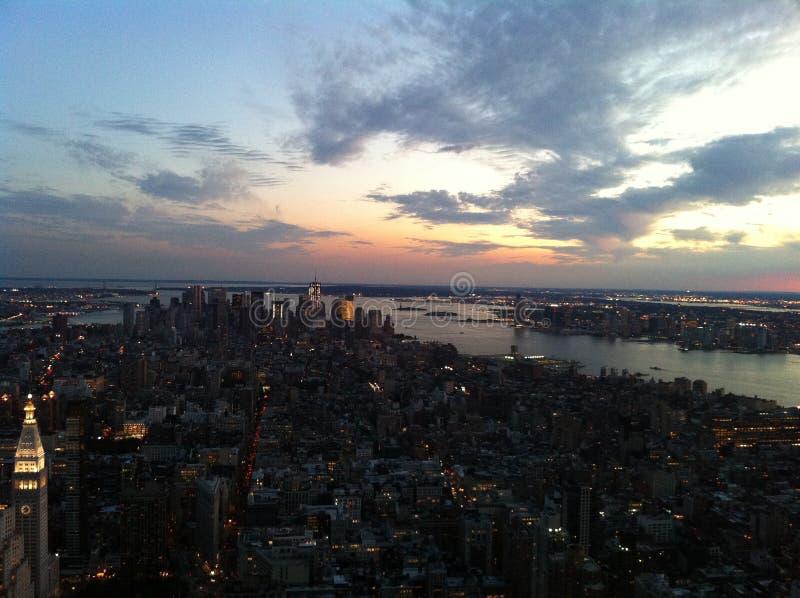 Manhattan-Skyline an der Dämmerung stockbild