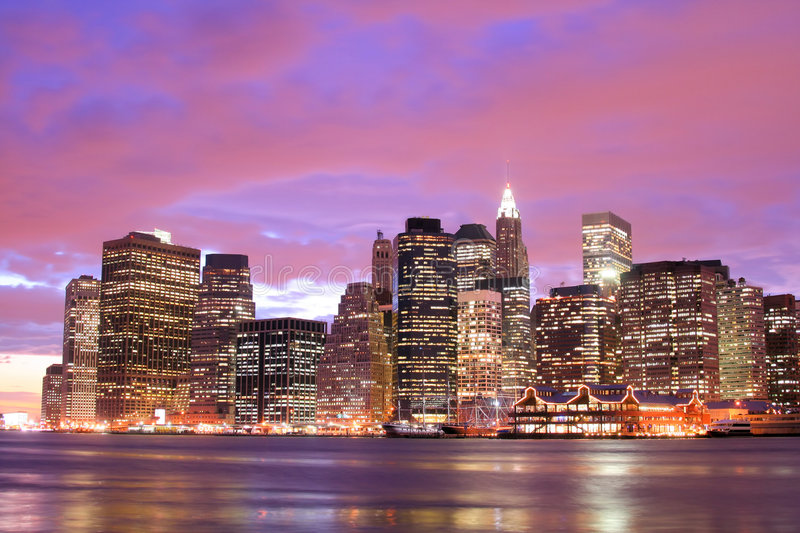 Manhattan-Skyline nachts stockfotografie