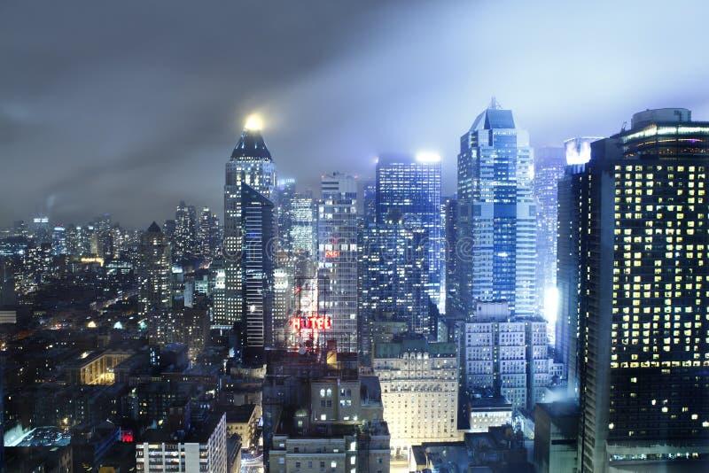 Manhattan-Skyline nachts stockbild