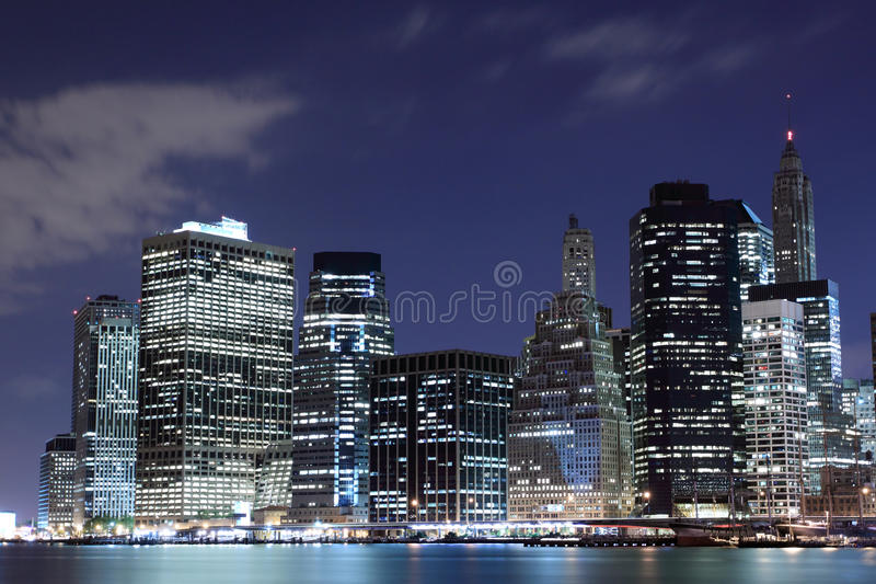 Manhattan-Skyline nachts, New York City stockbilder